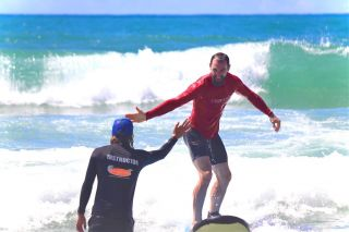 Give your buddy a high 5 cause it's Friday and we made it too the weekend! #surf #surfschool #surflesson #surfschool #surfing #surfhire @visitnoosa @sunshinecoast @destinationgoldcoast @queensland @australia 📸 @boramveli