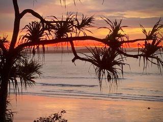 Sunsets over the beaches #noosa #hastingsstreet #surflesson #surfschool #surfing @visitnoosa @queensland @australia 📸 #ogsoloman @peterrfidler